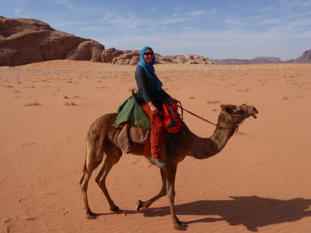 Fortbewegung in Jordanien, Frau auf Kamel in der Wüste, Wadi Rum, Wissenswertes Jordanien