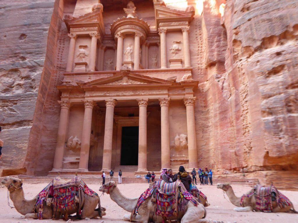 Information über Petra, Jordanien. Kamele vor der Schatzkammer