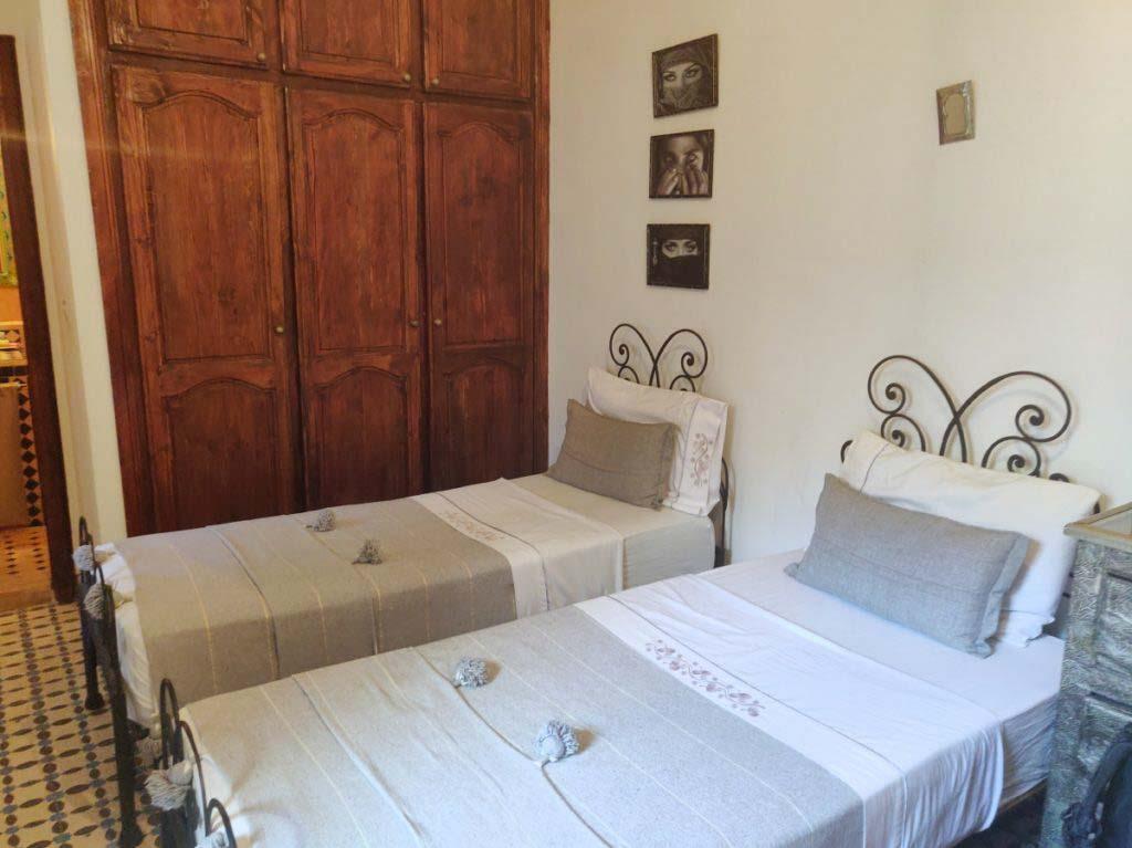 2 betten mit grauer bettwäsche in hotelzimmer, marrakesch reiseführer
