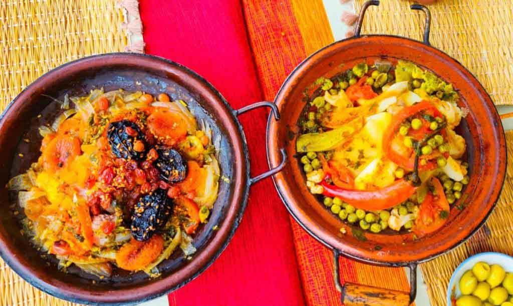 Tajines in Marokko, eine mit Trockenpflaumen und Aprikosen, die andere mit Gemüse und Kartoffeln. das Essen ist einer der Gründe Marokko zu besuchen