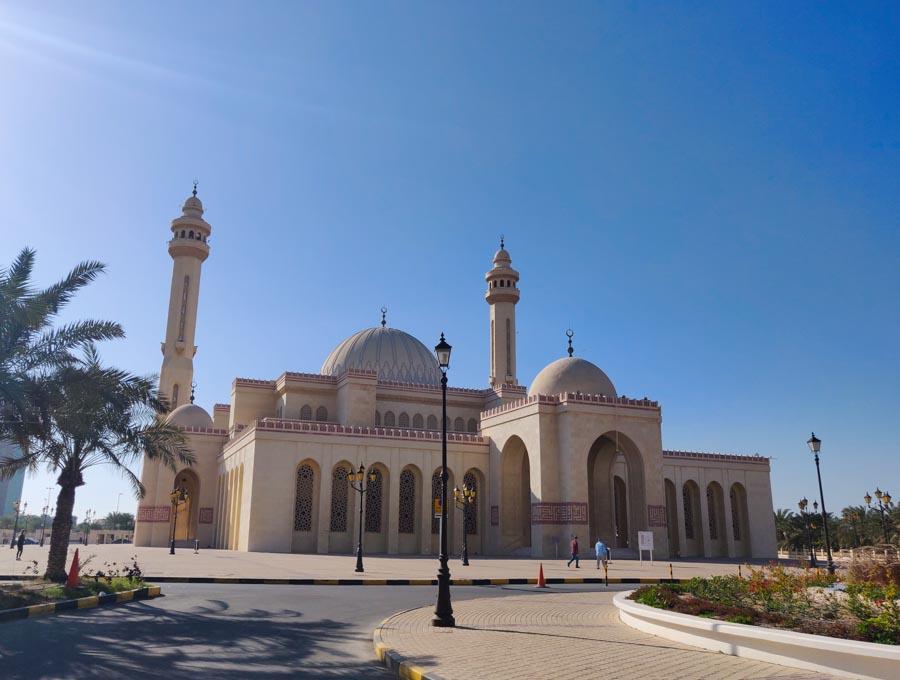 Moschee die man als nicht-Muslim besuchen darf, in Bahrain beste Tour. Aussenansicht. Mehrere Kuppeln und 2 Minarette
