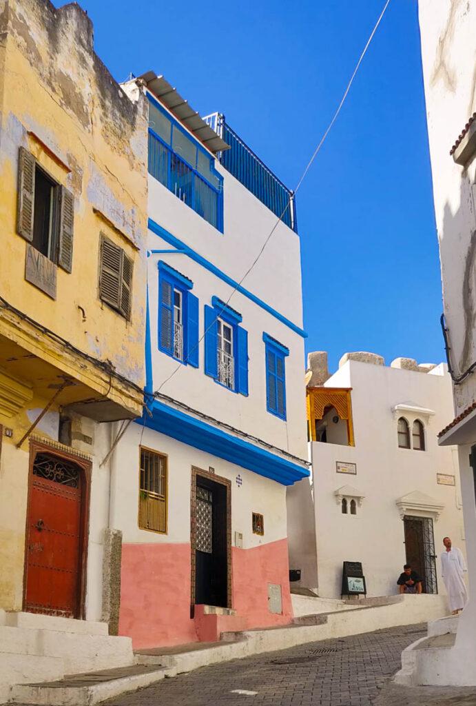 Häuser in Tanger mit gelben, rosa, blauen und weißen Wänden