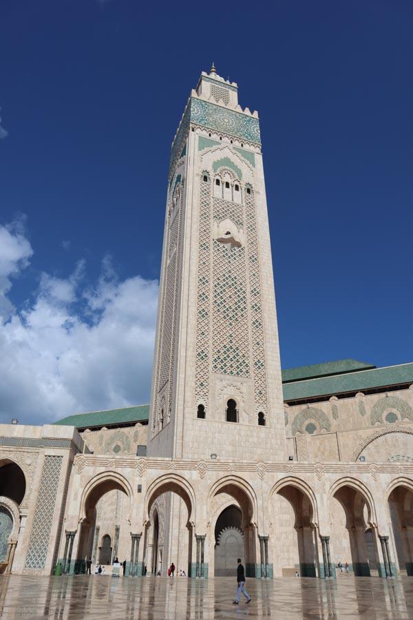 Moschee die man als nicht-Muslim besuchen darf, Casablanca Hassan 2 Moschee. Minarett vor blauem Himmel mit ein paar Wolken.