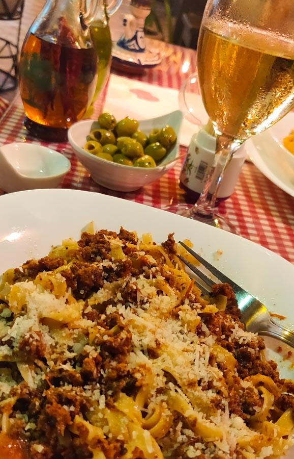 Taverna da Maurizio, das beste Restaurant in Essaouira, Tagliatelle al ragu, Oliven und Wein