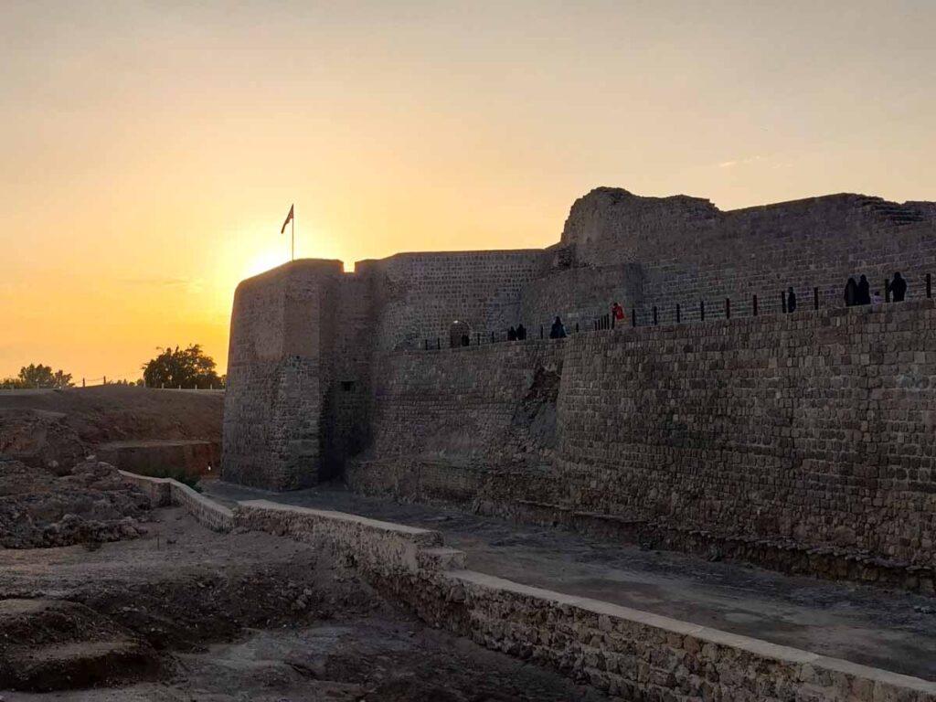 Die Mauern des Bahrain Fort im Licht des Sonnenuntergangs, eine der besten Sehenswürdigkeiten in Bahrain