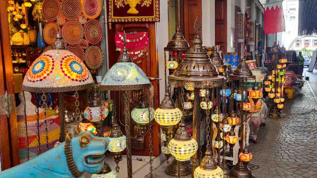 Lampen vor einem Geschäft im Souk von Bahrain