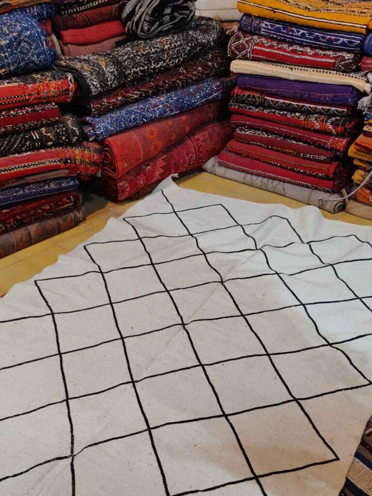 Weisser Teppich mit geometrischem muster in schwarz im Souk